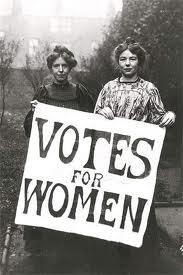 دو زن که پوستری درباره حق رای برای زنان را به دست گرفته اند