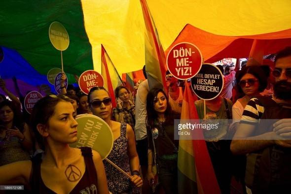 نوشته یکی از پلاکاردها در تظاهرات اقلیتهای جنسی ترکیه: «دولت قاتل حساب پس خواهد داد»