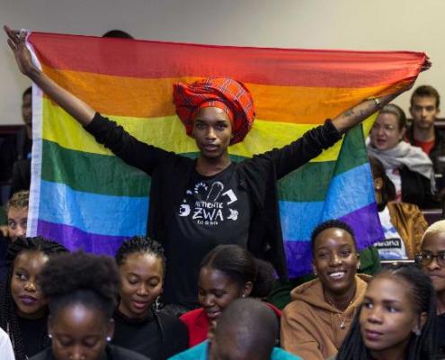 اکتویست کای کولکس پرچم رنگینکمان را در دادگاه عالی بوتسوانا برافراخت.